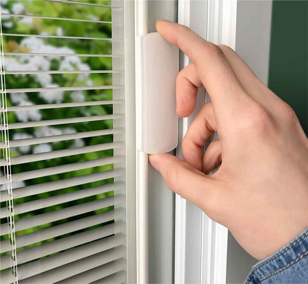 Control your Blink internal blinds with an easy-to-operate slide built directly onto the insulated glass.